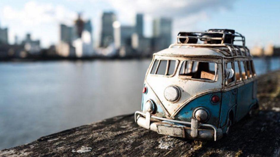 Esta fotógrafa explora el mundo en coches de miniatura y es lo más alucinante que verás hoy