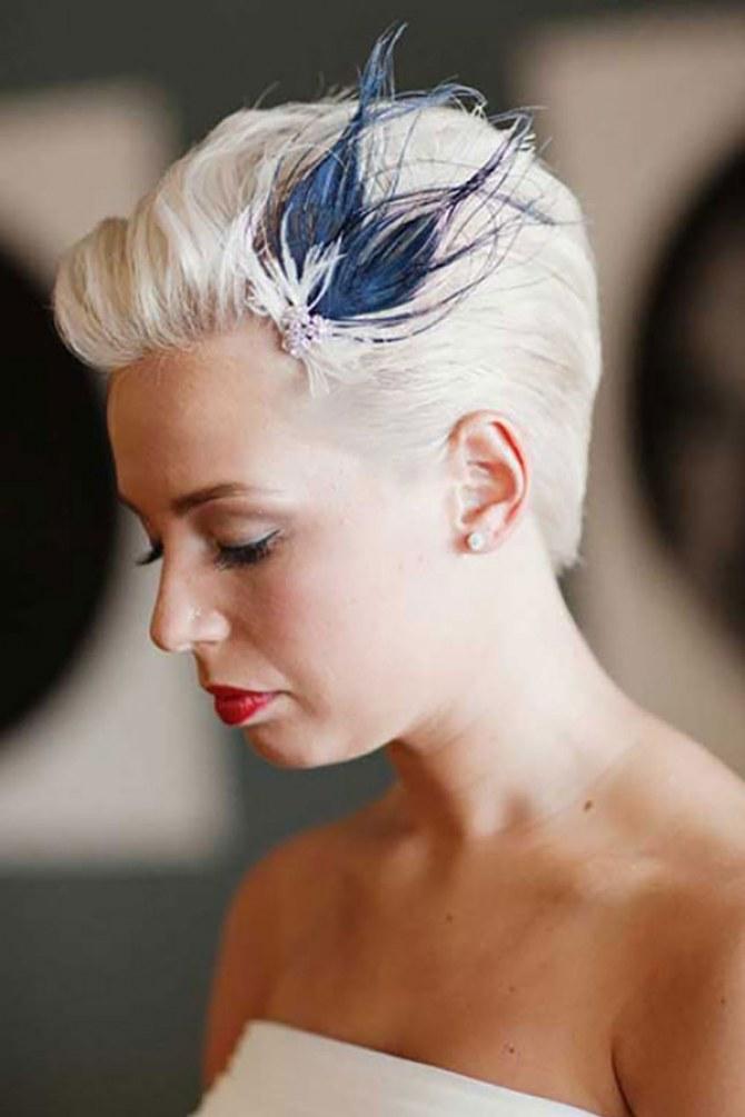 Hochzeitsfrisur für kurzes Haar mit Feder