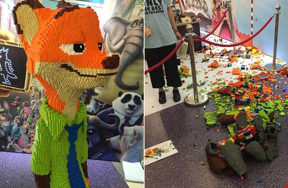 SO sind Kinder! Ein Junge wollte für ein Foto posieren und zerstörte das Lego-Kunstwerk aus 10.000 Teilen