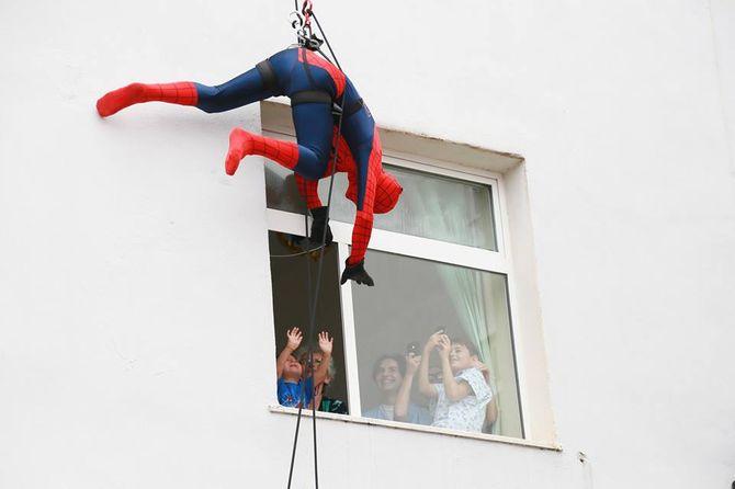 Spiderman surprend les patients