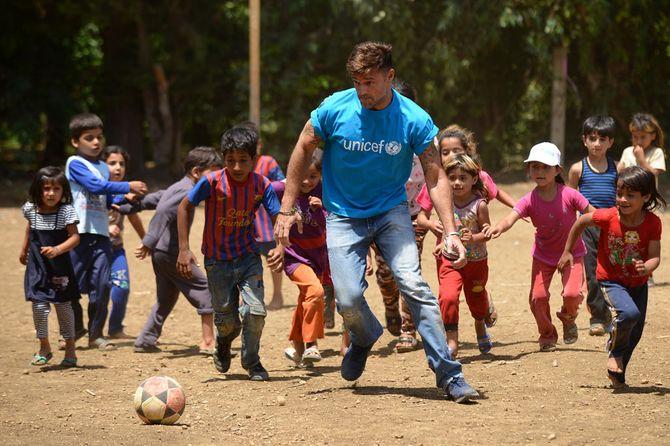 Ricky Martin vient soutenir les enfants réfugiés dans un camp au Liban