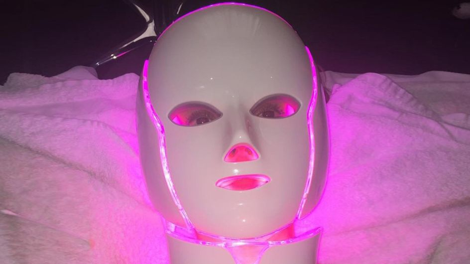 La última moda entre las famosas: Máscaras de luz LED para rejuvenecer el rostro