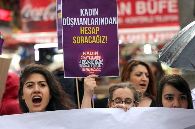 Des femmes turques manifestent contre les propos d'Erdogan