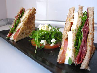 Sandwich mediterráneo con jamón, mozzarela y rúcula