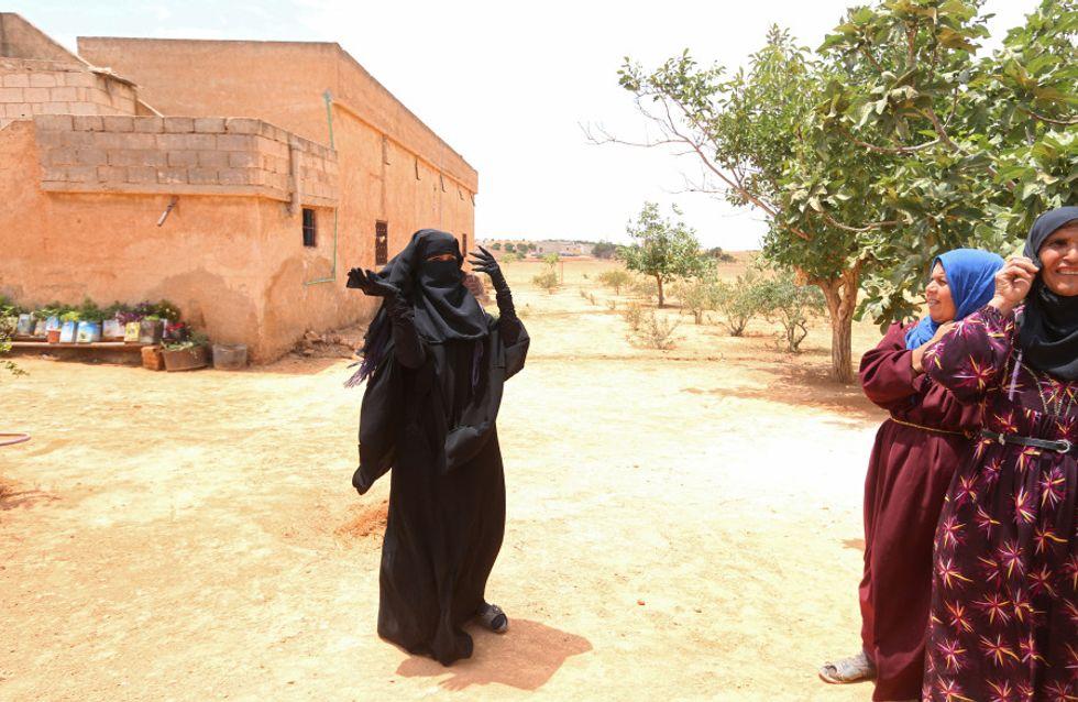 Cette Syrienne retire son niqab après le départ de Daesh