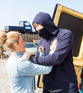 Emmerdale 24/6 - Victoria is robbed and Holly worries