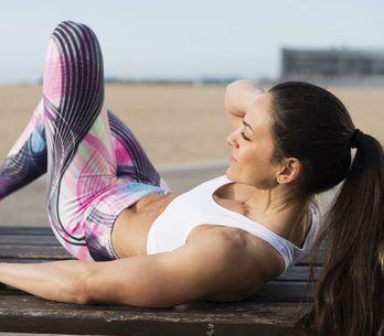 Flacher Bauch gewünscht? 3 simple Übungen & die besten Ernährungstipps