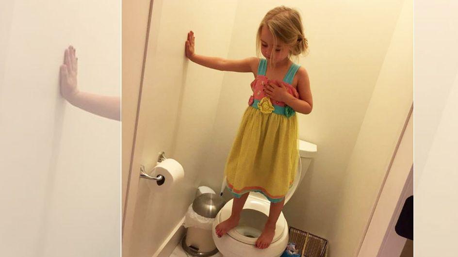 Es sollte ein lustiges Foto werden, doch als sie hört, warum ihre Tochter das macht, ist sie schockiert