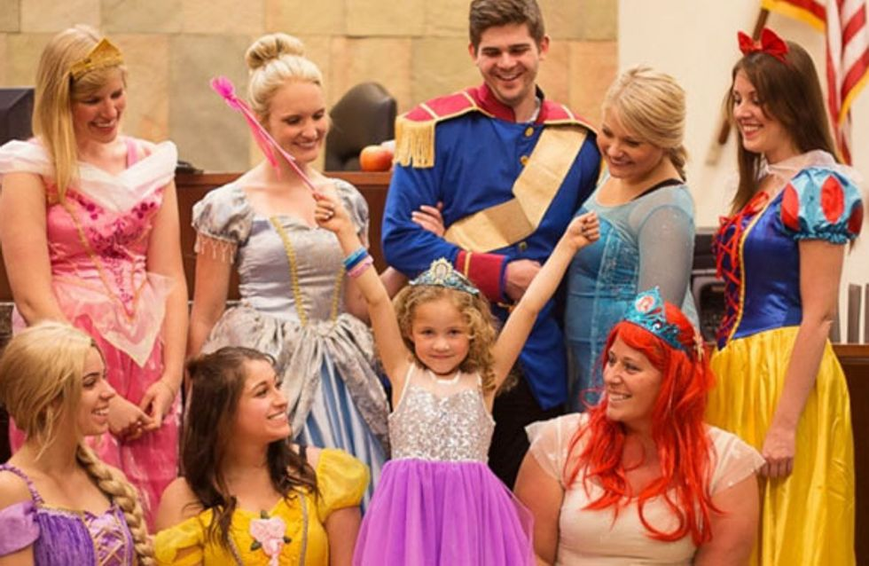 ¡Fue emocionante! Esta niña vivió un juicio de adopción mágico rodeada por todas las princesas Disney