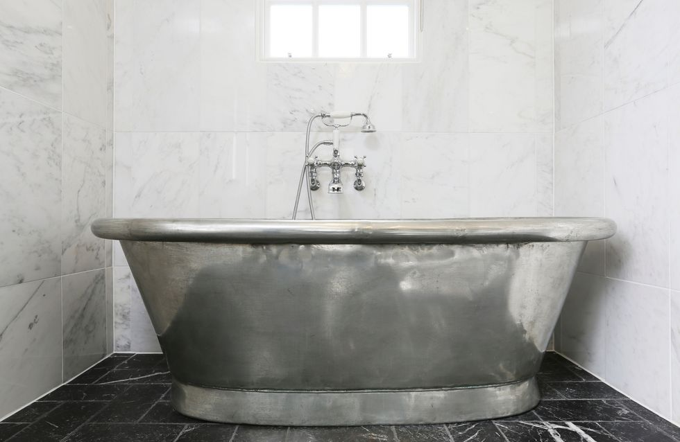 ¡Un baño reluciente! Sácale brillo con estas 8 ideas de objetos metálicos