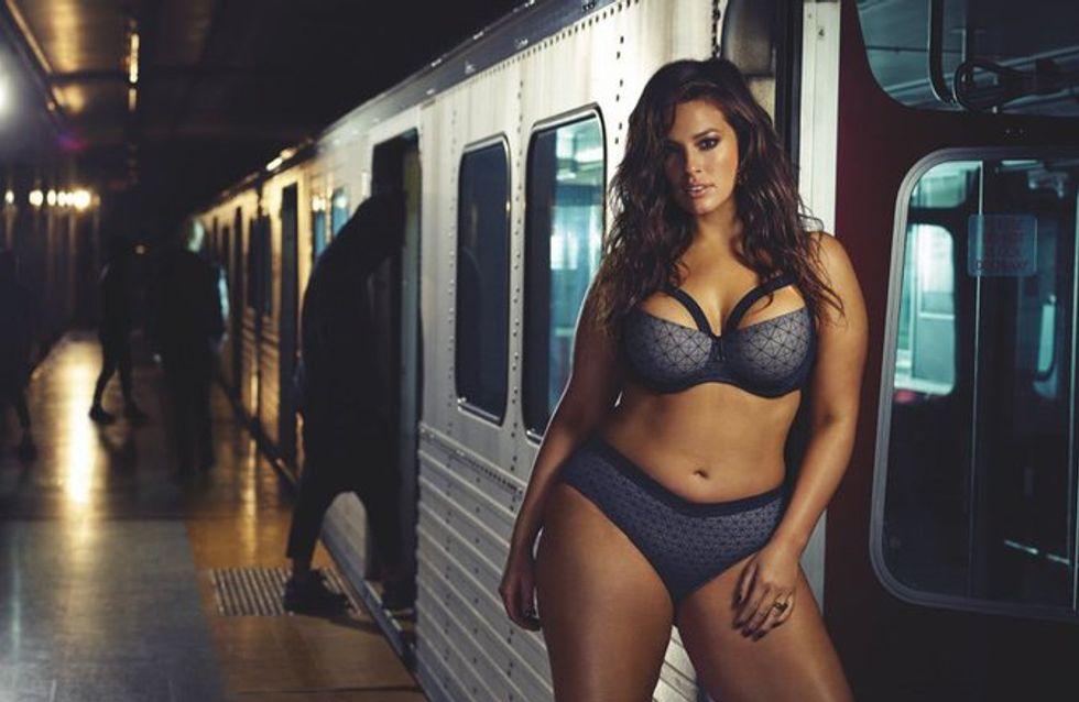 Fière de ses courbes, Ashley Graham pose en lingerie dans le métro