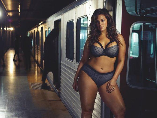Ashley Graham pose dans le métro pour Addition Elle