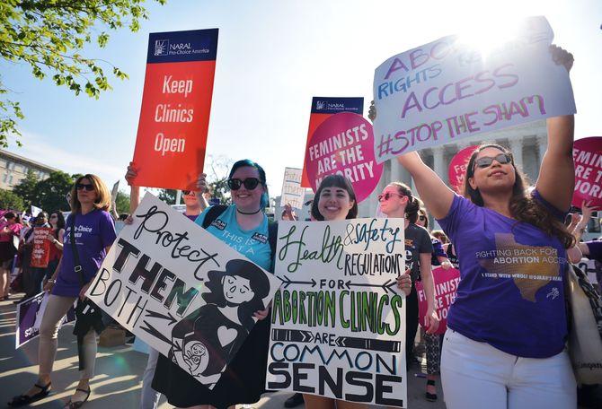 Des militants pro-avortement devant le Cour Suprême