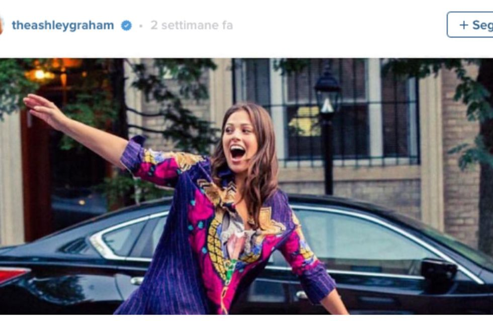 Ashley Graham, modella curvy, mostra le gambe e viene applaudita dal web