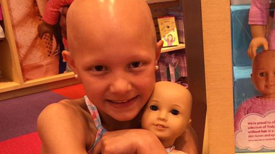 Un fabricant de jouets a fait le bonheur de cette fillette avec des poupées sans cheveux
