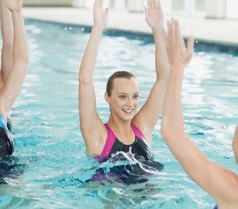 ¡Al agua! 10 ejercicios para ponerte en forma en la piscina