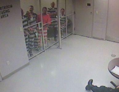 Des détenus s'évadent pour secourir un garde