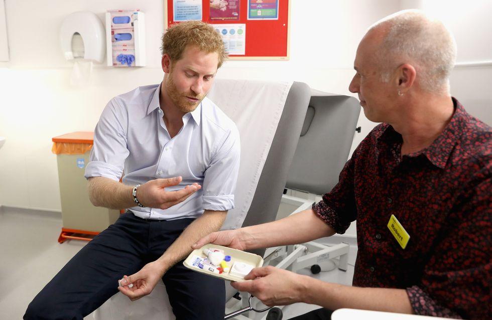 Le prince Harry se fait dépister du sida en direct sur Facebook