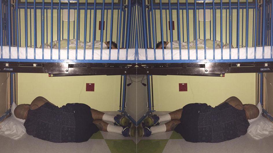 Ein Foto, das bewegt: Dieser Vater schläft unter dem Krankenhausbett seines kleinen Sohnes
