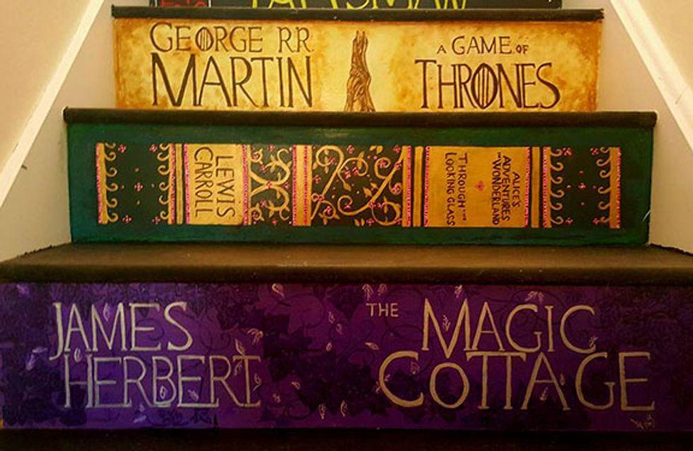 Una mujer pinta la escalera de su casa con las portadas de sus libros favoritos