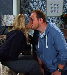 Emmerdale 03/8 - Nicola leans in for a kiss