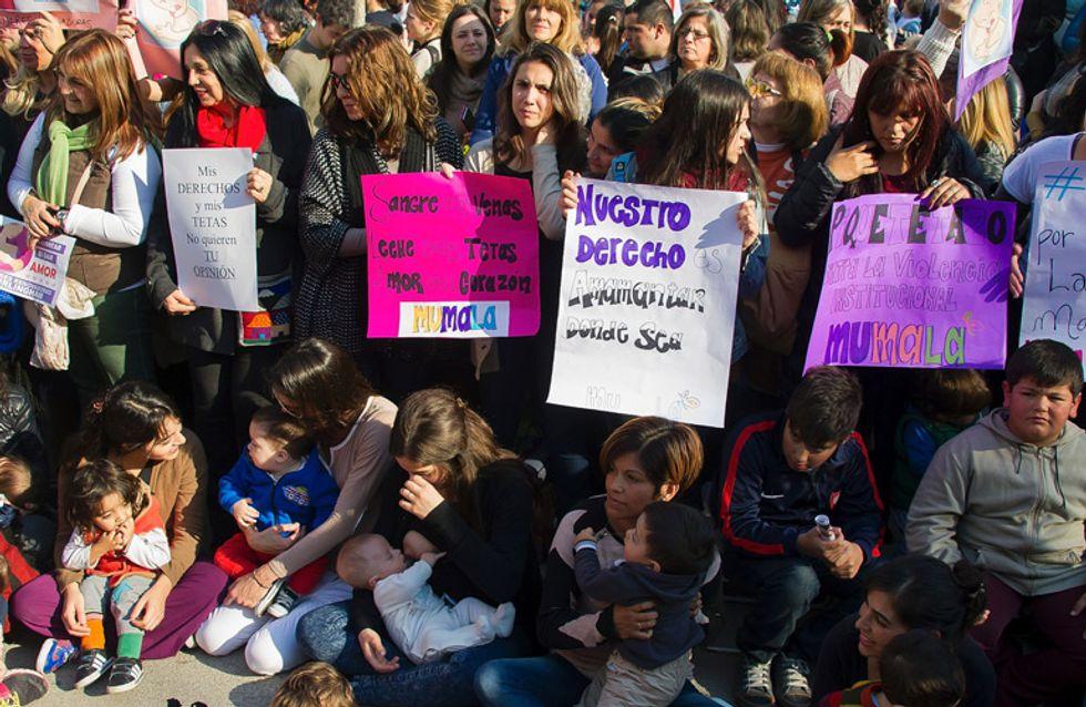 Amenazan con detener a una joven argentina por dar el pecho en público