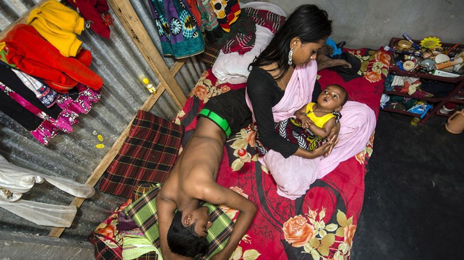Estas duras imágenes muestran cómo viven las mujeres en el burdel más antiguo de Bangladesh