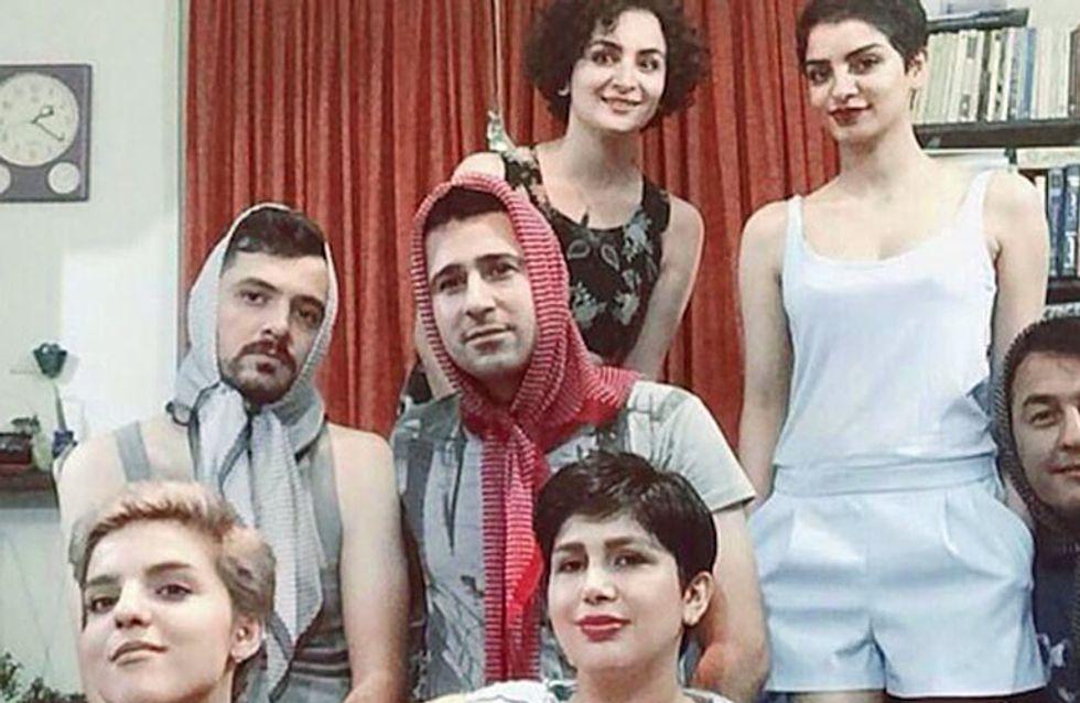 Los hombres iraníes se cubren la cabeza para protestar contra el uso obligatorio del hijab