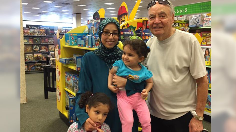 Ein alter Mann spricht diese Mutter im Buchladen an - mit DIESER Reaktion hat sie nicht gerechnet