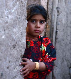 [Vídeo] Casan a una niña afgana de 6 años con un hombre de 55 a cambio de una ca