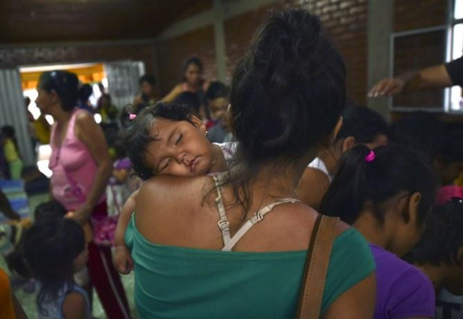 Une maman vénézuélienne et son enfant