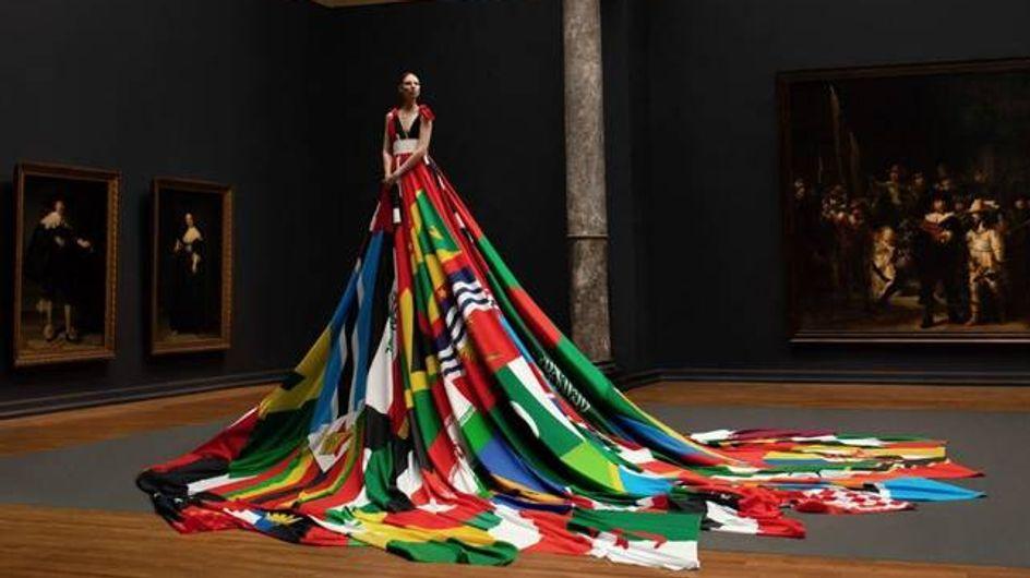 Cette robe, réalisée avec les drapeaux des pays où l'homosexualité est bannie, a un message à faire passer