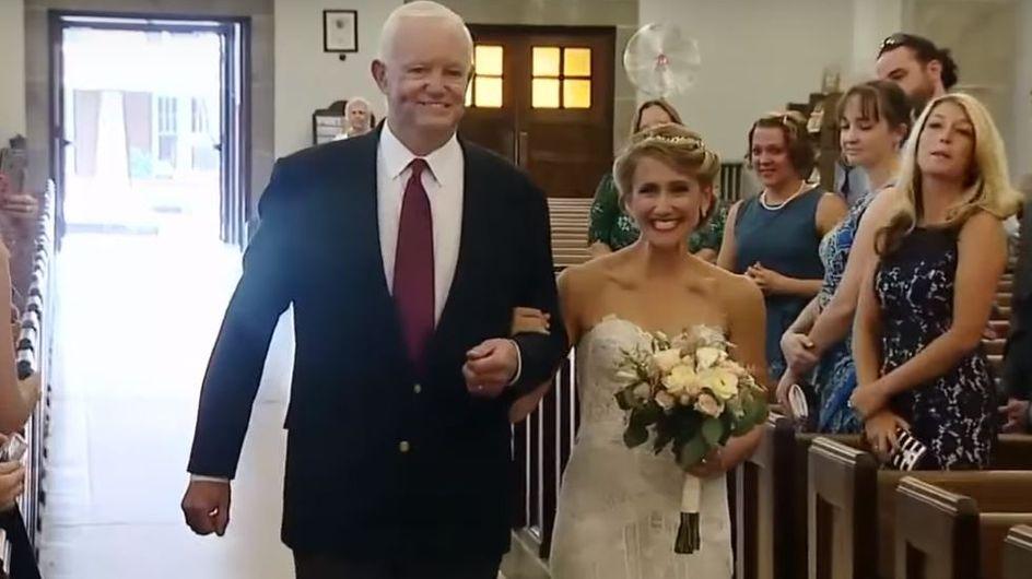 Elle est conduite vers l'autel par l'homme qui a reçu le coeur de son père