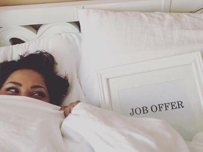 """Elle s'offre un shooting façon """"mariage"""" après avoir décroché un nouveau travail"""
