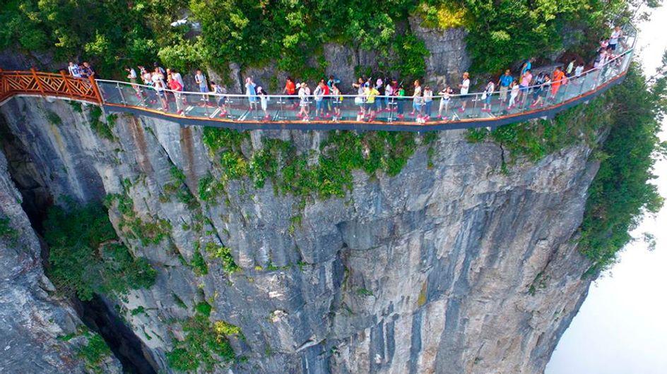 Medo de altura? Passarela com chão de vidro fica a 1402 metros do chão na China