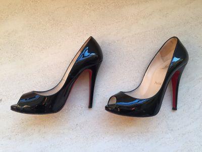 Sapatos Louboutin, R$ 1504,20