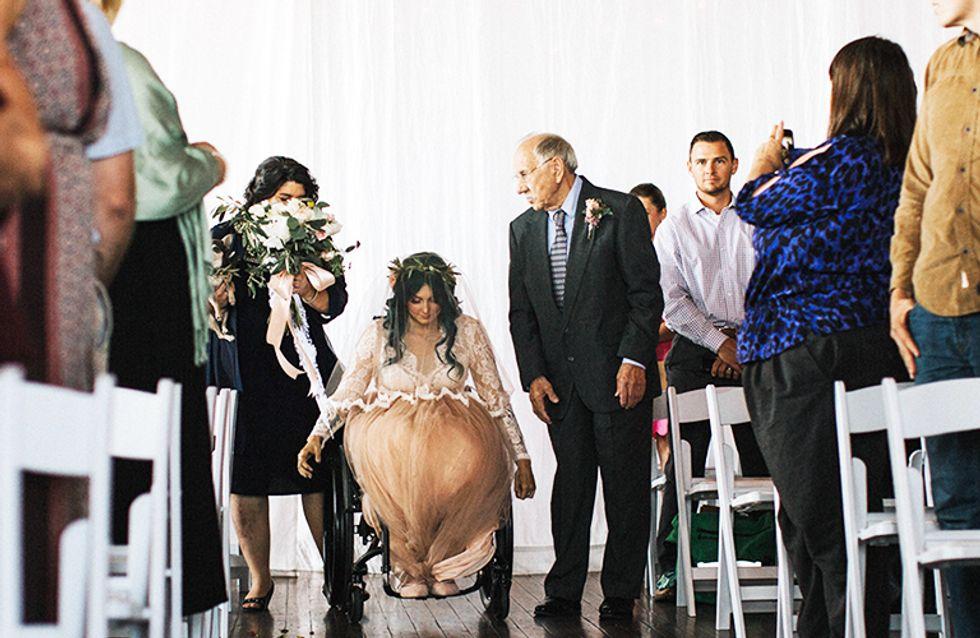 El emocionante instante en que una mujer en silla de ruedas sorprende a su marido caminando el día de su boda