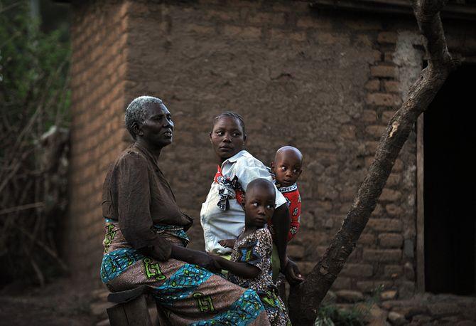 Une femmes, son épouse et leurs deux fils