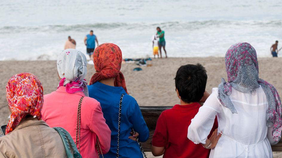 Humiliée et verbalisée pour avoir porté un foulard à la plage, le récit qui dérange à Cannes