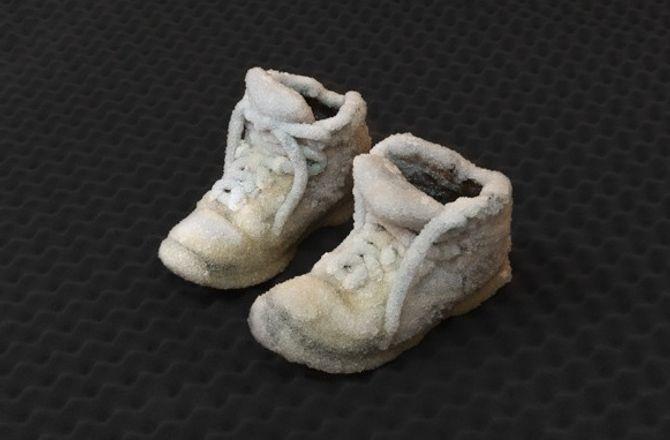 Une paire de chaussures en sel