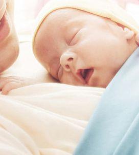 'Vídeo' ¡Muy tierno! Este bebé recién nacido se niega a separarse de su madre