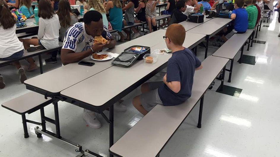 Dieser Football-Spieler sieht einen autistischen Jungen alleine essen - und beweist ganz viel Herz
