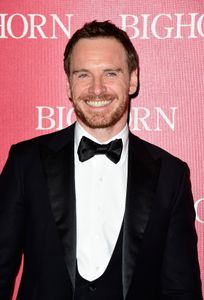 Michael Fassbender souriant