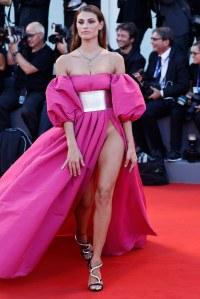 Une marque de bronzage en guise de culotte, la nouvelle tendance du tapis rouge ?