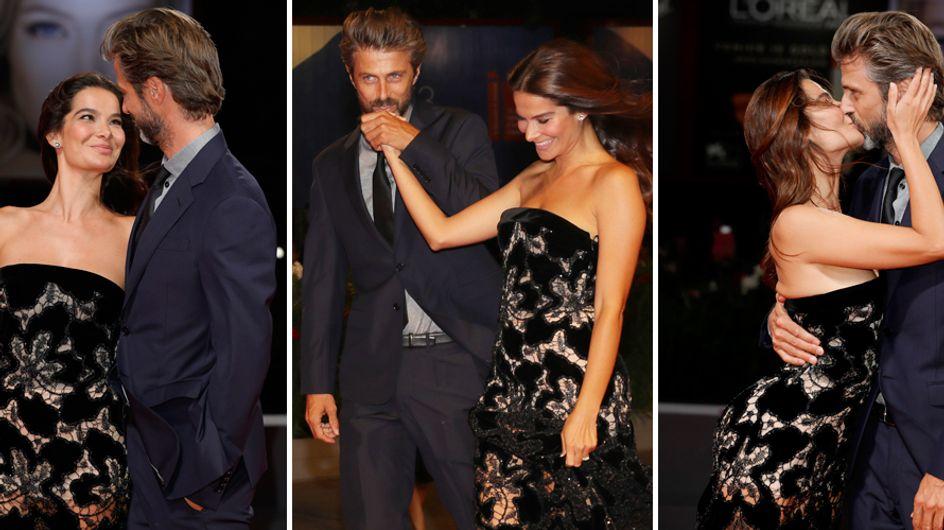 Kim Rossi Stuart e Ilaria Spada, che coppia! Effusioni romantiche sul red carpet di Venezia