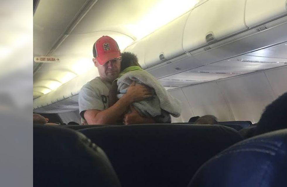 Er spricht eine alleinreisende Mutter im Flugzeug an - und der Grund dafür ist einfach rührend