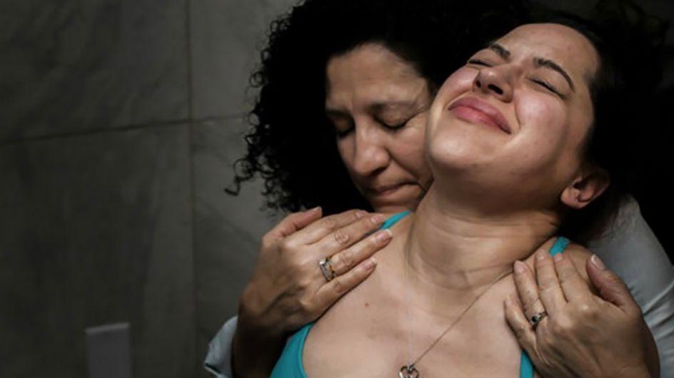 20 conmovedoras imágenes de madres que ayudan a dar a luz a sus hijas