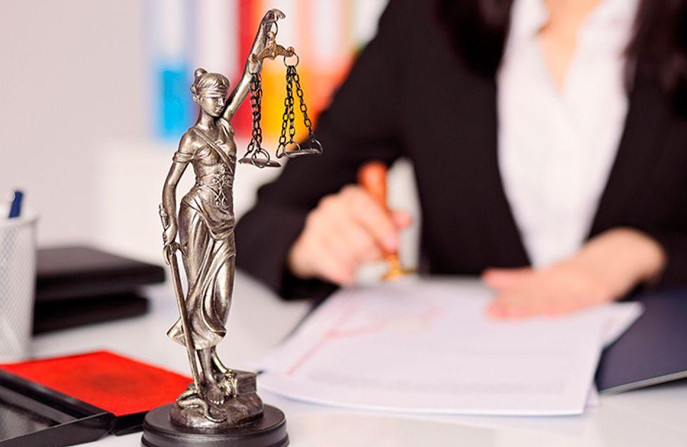 Duas jovens advogadas criam um escritório que se dedica à defesa da mulher