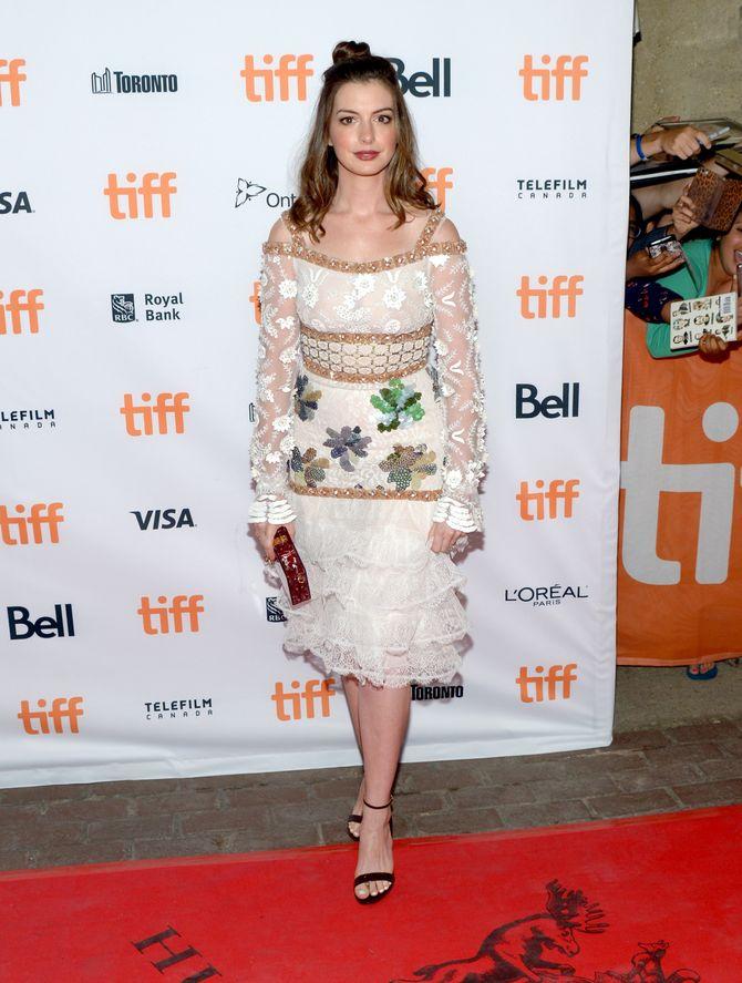 """Anne Hathaway à la première de """"Colossal"""" au Festival international du Film de Toronto"""