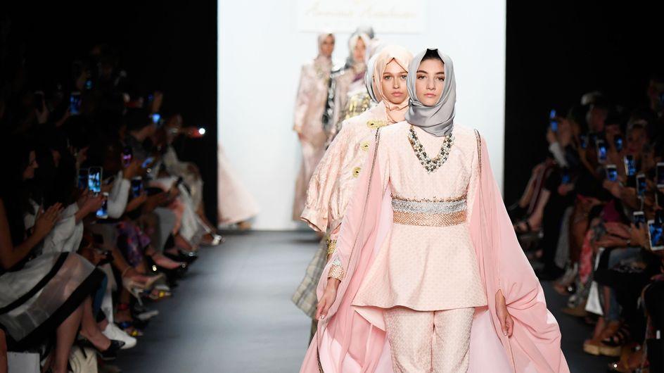 Le Hijab a-t-il vraiment sa place sur le podium de la fashion week ? (Photos)